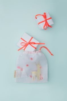 Make your gifts look extra special and put them in these gorgeous reindeer shaker gift bags. Made from fine net fabric filled with shiny sequins and metallic shapes. #merimeripartyandplay
