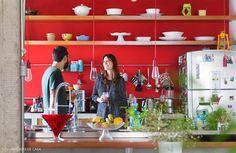 22-decoracao-cozinha-aberta-integrada-parede-vermelha-prateleiras-retrato