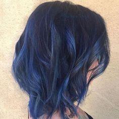 Los tonos arcoíris como el zafiro es perfecto para las mujeres con cabellos naturalmente oscuros, en especial para las que son apiñonadas.