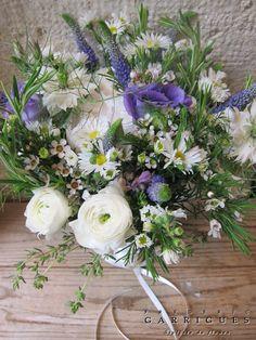 Fleurs d'hiver en blanc et violet: wax, véronique, aster, renoncule, thym, romarin, lisianthus