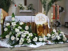 Resultado de imagen de dekoracja ołtarza komunia Altar Flowers, Church Flower Arrangements, Church Flowers, Floral Arrangements, Housewarming Decorations, Altar Decorations, Flower Decorations, Wedding Decorations, Baptism Banner