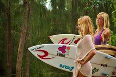 Alana Blanchard and Bethany Hamilton heading toward the beach. Bethany Hamilton, Pro Surfers, Famous Surfers, Professional Surfers, Alana Blanchard, Soul Surfer, Learn To Surf, Celebration Quotes, Surf Girls