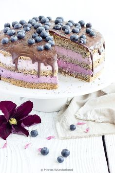 Heidelbeer-Mohntorte Recipe for a festive, summery blueberry poppy seed cake. With poppy bottoms and light skyr cream. Dessert Oreo, Cake Recipes, Dessert Recipes, Poppy Seed Cake, Pumpkin Spice Cupcakes, Food Cakes, Fall Desserts, Ice Cream Recipes, Cookies Et Biscuits