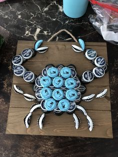 - La mejor imagen sobre decor inspiration para tu gusto Estás buscando algo y no has podid - Bottle Cap Table, Beer Bottle Caps, Bottle Cap Art, Beer Caps, Diy Bottle, Wine Bottle Crafts, Beer Cap Crafts, Cork Crafts, Beer Cap Art
