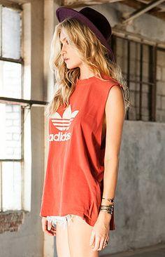 Vintage Adidas t-shirt and cut offs. Adidas Cap, Sport Fashion, Look Fashion, Fashion Beauty, Fashion Women, Winter Fashion, Sporty Chic, Casual Chic, Chill Outfits
