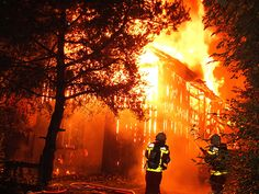 Brand in Buchs fordert ein Menschenleben In Buchs ist bei einem Brand in der Nacht auf Montag in einem Einfamilienhaus eine Person ums Leben gekommen. Die Hausbewohner wurden im Schlaf vom Feuer überrascht.