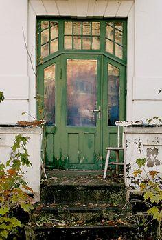 Green door - like the golden reflection. Entrance Doors, Doorway, Portal, Grades, Door Gate, Unique Doors, Garden Gates, Architectural Elements, Door Knobs