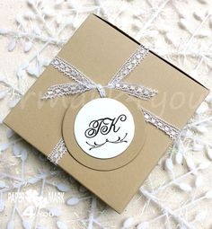 50 Circle Personalized Tag_Personalisert Hänger_ by Personalized Tags, Wedding Pins, Rustic Weddings, Christmas Tag, Gift Boxes, Packaging, Unique Jewelry, Handmade Gifts, Cards