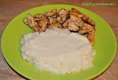 Vacsi tippem: zellerpüré sült csirkemellel       Zellerpüré sült csirkemellel    A zellerpüré ugyanúgy készül mint a krumplipüré.  Azellert enyhén sós vízben fedő nélkül főzöm, így a pürének nem lesz zeller íze. Miután megfőtt, forró laktózmentes tejjel és teavajjal vagy forrókókuszt Paleo, Curry, Rice, Cooking Recipes, Favorite Recipes, Lunch, Meals, Chicken, Healthy