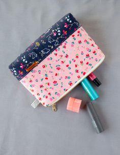 Cosmetic Bag sewing tutorial from WeAllSew Diy Pouch No Zipper, Zipper Pouch Tutorial, Zipper Bags, Purse Tutorial, Sewing Hacks, Sewing Tutorials, Sewing Projects, Sewing Patterns, Purse Patterns
