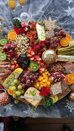 Get Your Party Season Started with a Holiday Grazing Board! Get Your Party Season Started with a Holiday Grazing Board! Charcuterie Recipes, Charcuterie And Cheese Board, Cheese Boards, Party Food Platters, Party Food Buffet, Fingerfood Party, Food Crush, Think Food, Meat And Cheese