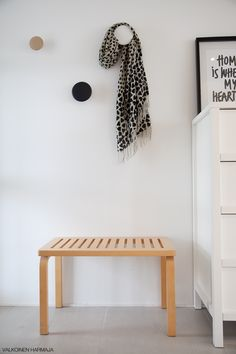 Nordic Days is a website with Scandinavian interiors where you learn everything about Scandinavian design and the latest home interior trends. Hallway Inspiration, Home Decor Inspiration, Decor Ideas, Nordic Interior Design, Black And White Interior, Hallway Decorating, Scandinavian Home, Home Decor Styles, Hallways