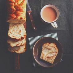 パンを焼くのは時間や手間がかかるイメージで、朝の忙しい時なんて作ってられませんよね。でも逆転の発想で、寝ている間に発酵させて作り置きできるパンがブームになっています。 朝から焼きたてパンを楽しみましょう♡