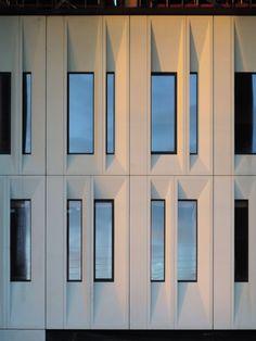 Abscis Architecten - Werfbeeld - gevel met wit gepolijste beton en schuin…