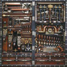 なにこれアート? と思いきや、実際に使われてる工具箱だそうです。H.O. Studleyの作品というか持ち物。30年に渡ってコツコツと改善を重ねてきた結果、96個もの工具が納まる芸術的な工具箱が完成することに。実用性と芸術性の両方を兼ね備えています。お好きな方はたまりませんな。スチームパンク大百科の...