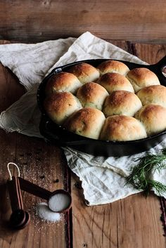 """DILL DINNER ROLLS - """"This bread is basic recipe that you can customize, if you so choose. While I loved them plain and straight from the pan, you could throw in a bit of cheddar, spread them with cream cheese, or use the rolls to soak up a rich gravy. Grilled Roast, Cast Iron Cooking, Bread Recipes, Dill Bread Recipe, Rolls Recipe, Bread Rolls, Dinner Rolls, Pain, Summer Recipes"""