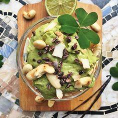 Avokadomousse med rostade nötter, kokoschips och kakaonibs