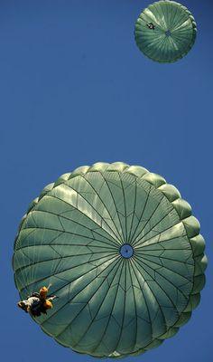parachuting Parachute Training, Parachutes, Big Lake, Paragliding, Paratrooper, Skydiving, Extreme Sports, Kite, Gliders