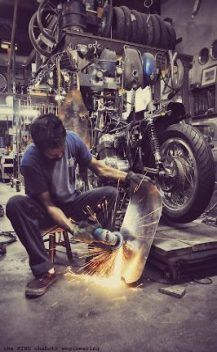 Ideas For Vintage Motorcycle Shop Man Cave Motorcycle Workshop, Motorcycle Mechanic, Motorcycle Garage, Bike Photography, Industrial Photography, Dirt Bike Room, Dirt Bikes, Mechanical Workshop, Garage Renovation