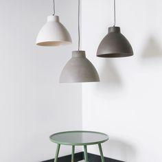 Door het zandsteen effect krijgt de Leitmotiv Sandstone hanglamp een natuurlijke en stoere look. Helemaal van nu! Ideaal voor boven de eettafel, het aanrecht, of eigenlijk overal waar je nog ruimte hebt. Deze lamp mag gezien worden.