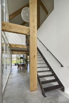 Een treffend eigenzinnig familiehuis dat zich kenmerkt door het eigentijdse vookomen en passend is in het landelijke karakter van het dorp. Loft Stairs, Light And Space, Inspiration Boards, Ladder, Villa, Bed, Stair Design, Furniture, Attic