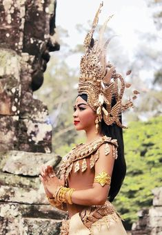 Diy Crown, Khmer Wedding, Queen, Just Dance, Ethnic Fashion, Pretty Woman, Asian Beauty, Dancer, Feminine