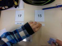 """Pour travailler la compétence """"savoir écrire en lettres les nombres"""", il est possible d'utiliser des cartes en trois parties : En classe avec Montessori: Table de Seguin n°1"""