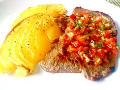 patatas al horno y carne a la plancha con un preparado de tomate, cebolla y pimiento para dar sabor al plato!