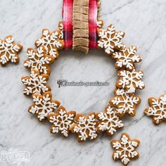 Here's how to make an edible gingerbread cookie wreath: This would make a fun gift! Gingerbread Christmas Decor, Christmas Cookies Gift, Christmas Snacks, Xmas Food, Christmas Cooking, Christmas Goodies, Soft Gingerbread Cookie Recipe, Tolle Desserts, Cookie Gifts