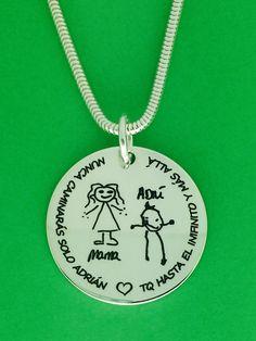 MEDALLON XL, joya en plata de ley grabado dibujo infantil y dedicatoria para mamá. Regalo perfecto para el día de la madre. #joyasquehablandeti  #grabadopersonalizado #miplatafina
