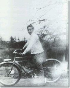 A very proud young Elvis Presley with his first bike. A very proud young Elvis Presley with his first bike. Priscilla Presley, Lisa Marie Presley, Elvis Presley Family, Elvis Presley Photos, Photo Vintage, Vintage Photos, Rock And Roll, Musica Country, Young Elvis