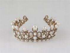 Diadème de l'impératrice Eugénie. Gabriel LEMONNIER, joaillier. H. : 7 cm. ; L. : 19 cm. ; Pr. : 18,50 cm. Comportant 212 perles, 1 998 diamants de taille ancienne, montés sur argent doublé d'or.