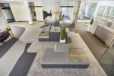 Eine Sofainsel im Open Space Büro bietet einen Treffpunkt für alle Mitarbeiter und dient als Kommunikationszone. Außerdem kann sie auch als Wartebereich für Gäste dienen.