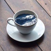 Hermosas manipulaciones digitales en tazas de café