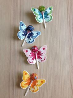 Schmetterlinge basteln An unserem nächsten Kindergeburtstag wollen wir was bas. Making butterflies On our next children's birthday we want to make something. This idea is super nice! Butterfly Party, Butterfly Birthday, Butterfly Crafts, Butterfly Wings, Kids Crafts, Easter Crafts, Diy And Crafts, Diy For Kids, Gifts For Kids