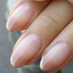 グラデーションって 単純で簡単なデザインに 思われてることが 多いんだけど 実は すごく神経使うし、繊細(´-ω-`) 複雑なよくわからないアートが意外と 単純だったりするし、簡単な物こそ奥が深いんだな(*´ω`*) (^_^)v#nail#nails#nailst#neoss#ねいる #ネイル#秋ネイル #北海道#江別#グラデーション#オフィスネイル#gradation#ベージュ#ラメライン#ゴールド#gold#ぷるん #艶#自然光#今亜美の爪#ボロボロ#誰かネイルして#美甲