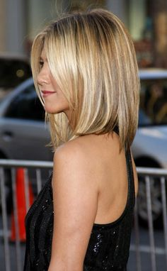 Honey Blonde Highlight - Medium Bob Hair Cut --- thinking of switching up my do.this could look cute on me, I have always wanted some Jennifer Aniston Hair! Medium Bob Hairstyles, Haircuts For Fine Hair, Cool Haircuts, Pretty Hairstyles, Haircut Medium, Short Haircut, Straight Haircuts, Hairstyle Ideas, Haircut Bob