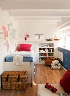 Dormitorio infantil con hornacina en el cabecero para sus juguetes