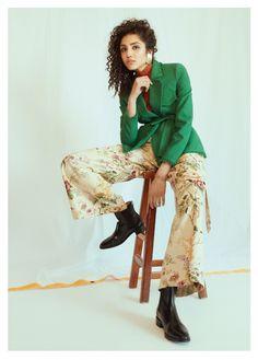 外套:Maje;上衣、耳環、短靴:COS;長褲:Atsuro Tayama;手鍊:American Eagle Outfitters