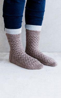 32 x ilmainen villasukkaohje | Meillä kotona Crochet Socks, Knitting Socks, Knit Socks, Opi, Mittens, Slippers, Beautiful, Fashion, Wrist Warmers