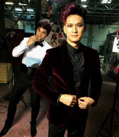 Malec behind the scenes: Matthew Daddario and Harry Shum Jr Shadowhunters Malec, Shadowhunters The Mortal Instruments, Matthew Daddario, Alec And Jace, Clary E Jace, Alec Lightwood, Shadow Hunters Cast, Glee, Constantin Film