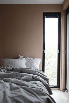 Soverommet er malt med LADY 20047 Blushing Peach. Fargen er lysere enn fargen på hovedsoverommet, Savanna Sunset, og fremstår frisk og gyllen. Rosafargen er hakket mørkere og mer gyllen enn 2782 Deco Pink som mange kjenner. Jotun Lady, Bedroom Wall, Walls, Paint, Architecture, Inspiration, Furniture, Black, Home Decor