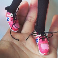 1:6 Scale Sneakers | Sports Shoes Blythe , azone, Momoko, | Blythe shoes | Doll Shoes The shoes are fit better if you put socks on Blythe You should know dolly are easy to get stained. Please do some