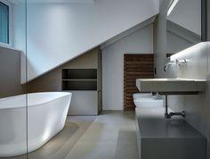 Linee pulite e #design in questo bagno in #mansarda #bathroom #attic http://www.mansarda.it/mansarde/villa-con-zona-ospiti-in-mansarda/