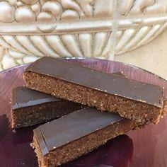 """Szafi Fitt """"mindenmentes"""" sportszelet ízű csoki recept (paleo, gluténmentes vegán Paleo Dessert, Dessert Recipes, Atkins, Cheesecake, Deserts, Keto, Cukor, Minden, Food"""
