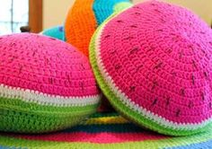 almohadones redondos coloridos tejidos al crochet Crochet World, Crochet Home, Crochet Gifts, Crochet For Kids, Crochet Yarn, Diy Crochet Pillow, Crochet Pillow Pattern, Crochet Cushions, Crochet Lingerie