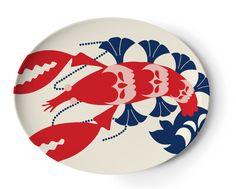 """La collection """"Amalfi"""" du designer newyorkais Thomas Paul est inspirée par la côte italienne d'amalfi durant les années 1960.    Ce plateau ovale illustré d'un sympathique homard aux formes graphiques sera utile pour le service ou pour décorer une table.    Plateau en mélamine. Passe au lave-vaisselle, ne pas utiliser au micro-ondes.    D: 33 x26 cm.   39,00 € http://www.lafolleadresse.com/accessoires-de-cuisine/3446-plateau-homard-amalfi-thomas-paul-33cm-x-26cm.html"""