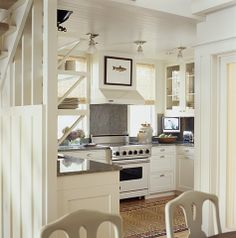 of People Who Love the Homes They Have white cottage kitchen via House Beautifulwhite cottage kitchen via House Beautiful Small Cottage Kitchen, Little Kitchen, Cottage Living, Kitchen And Bath, Living Room, Home Interior, Kitchen Interior, Kitchen Decor, Interior Design