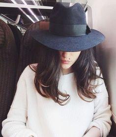 Eleonora Carisi com suéter e chapéu.