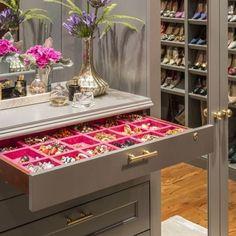 Surpresa ao abrir as gavetas desse closet todas com bandejas em veludo , que organizam e protegem os acessórios do atrito